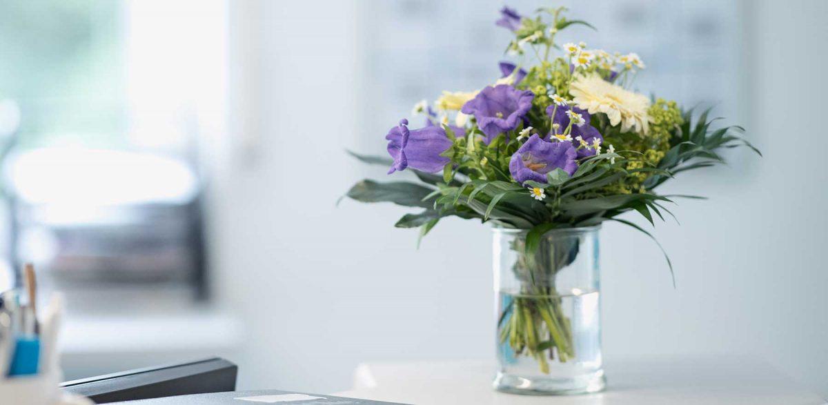 Blumengesteck im Empfangsbereich der Praxis Dr. Müller